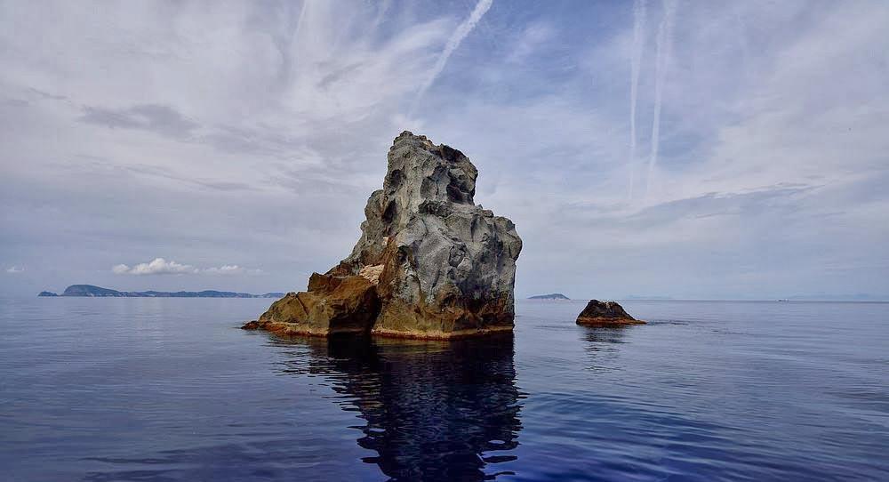 Scoglio della Botte tra Ponza e Ventotene - Isole Pontine - Oceania Team - Escursioni ed Immersioni alle Isole Pontine