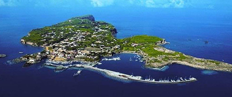 Ventotene vista aerea porto di Cala Rossano Immersioni a Ventotene con Oceania
