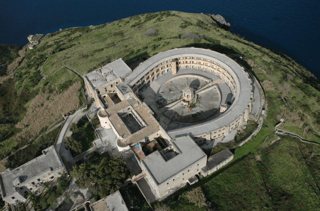 Ventotene Carcere Borbonico di Santo Stefano immersioni a Ventotene con Oceania